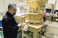タケダフーズのオーストリア製石臼製粉機